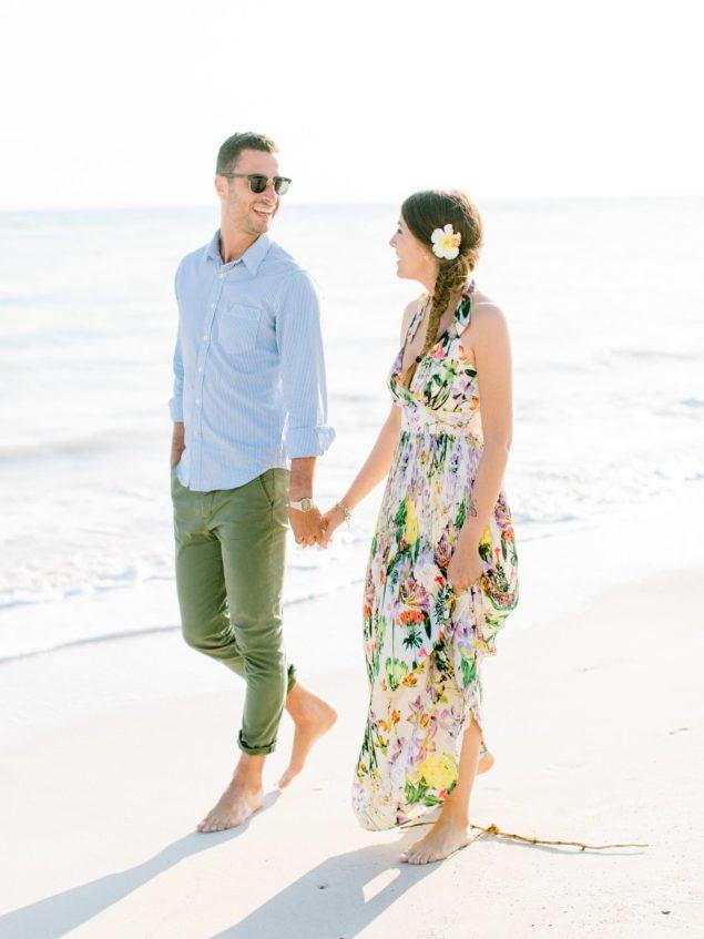 fotohgrafie di fidanzamento sulla spiaggia