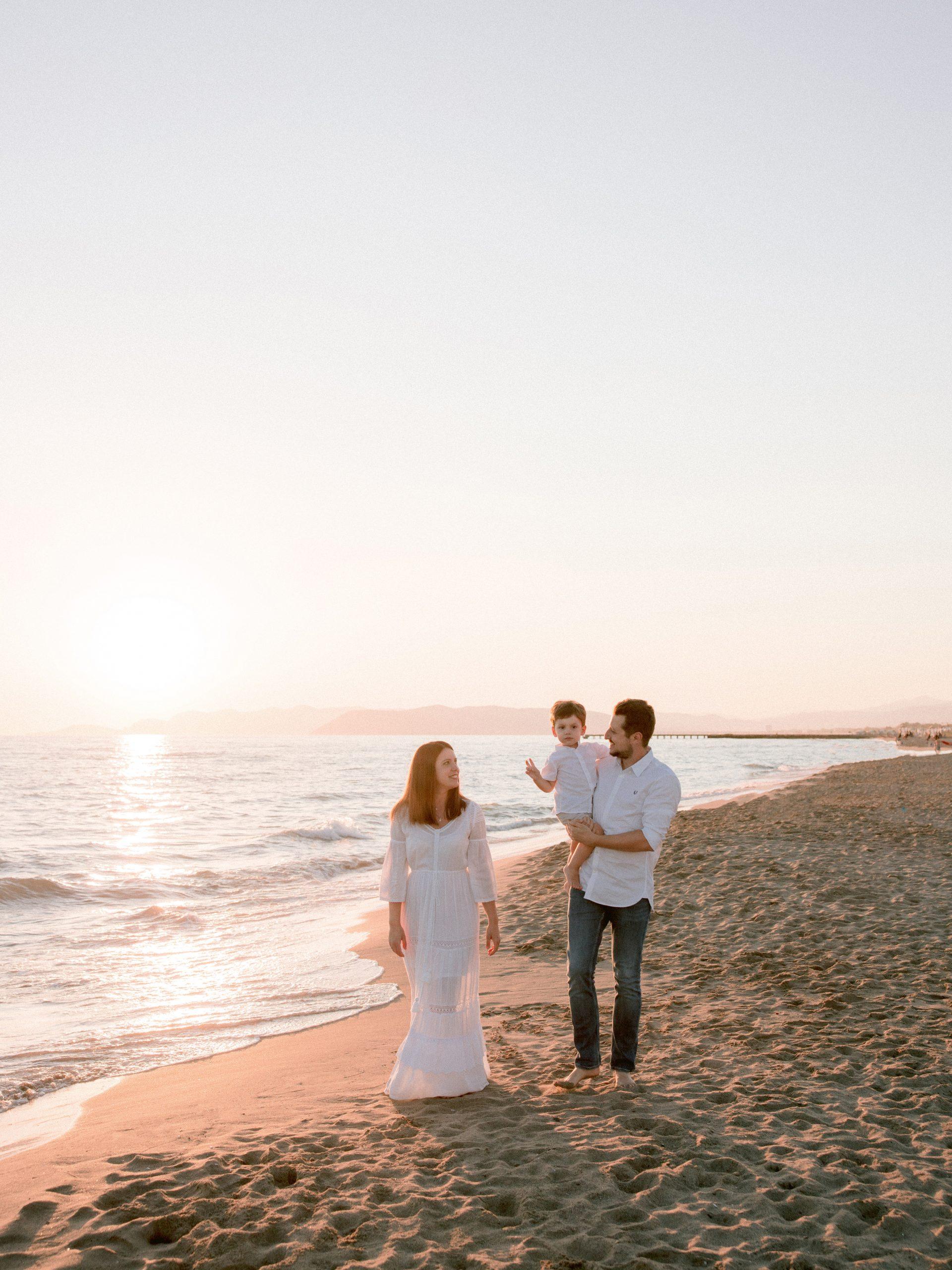 passeggiata di famiglia sulla spiaggia per il servizio fotografico