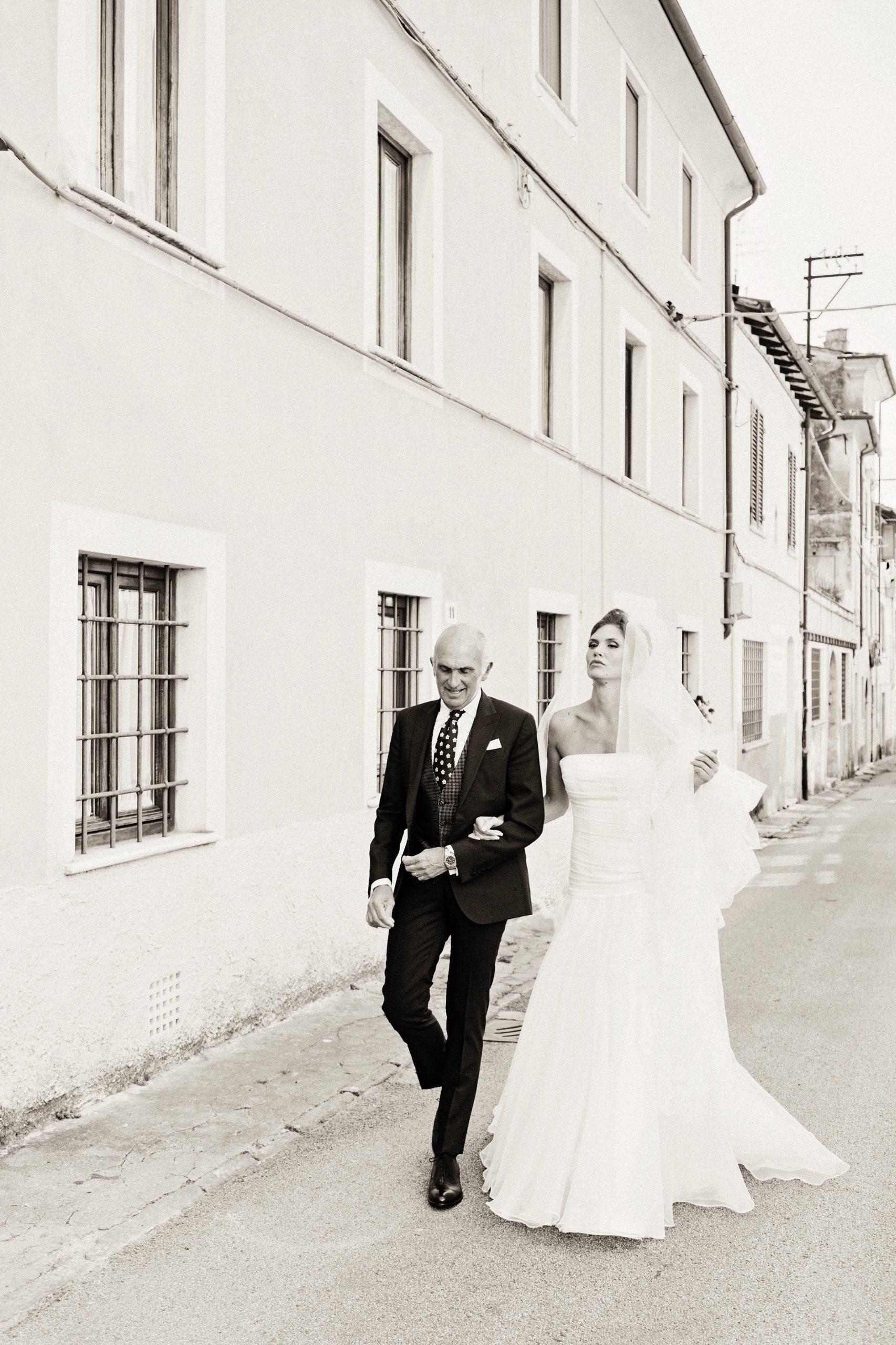 la bellissima sposa arriva al Duomo di Pietrasanta accompagnata da suo padre. Tra poco la cerimonia religiosa nel cuore della città.